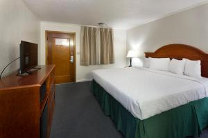 A bed or beds in a room at Belle Aire Motel - Downtown Convention Center - Gatlinburg