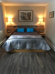 A bed or beds in a room at Auberge De Mon Petit Chum B&B