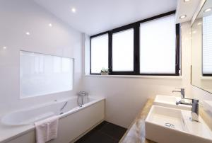 A bathroom at Le Rosenmeer - Room Service disponible