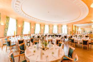 Ein Restaurant oder anderes Speiselokal in der Unterkunft Kurhotel Fürstenhof