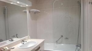 A bathroom at Logis Au Grand Hotel