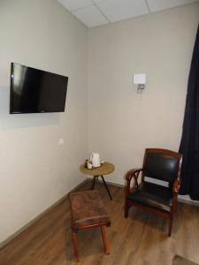 A television and/or entertainment center at Logis Au Grand Hotel