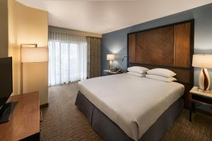 A bed or beds in a room at Hilton Sedona Resort at Bell Rock