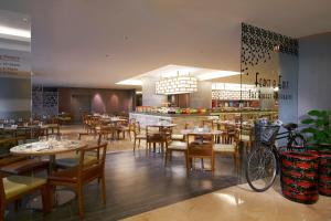 A restaurant or other place to eat at Grand Mercure Singapore Roxy