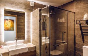 A bathroom at 15 Palms Beach Resort