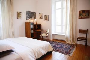 A bed or beds in a room at Château de Penfrat
