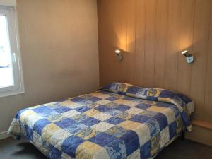 A bed or beds in a room at Fasthotel Plaisir