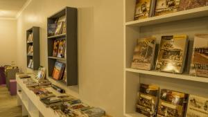 Bibliothèque dans le lodge