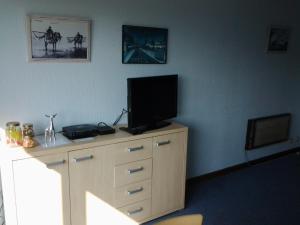 Een TV en/of entertainmentcenter bij Zonnig Appartement met Zeezicht