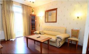 Зона вітальні в Apartments on the Artyoma Street 102