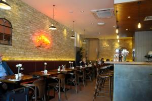 A restaurant or other place to eat at Kings Cross Inn Hotel