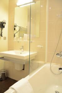 A bathroom at Grand Hôtel Du Casino De Dieppe