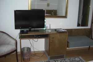 Телевизор и/или развлекательный центр в Hotel Solinger Hof