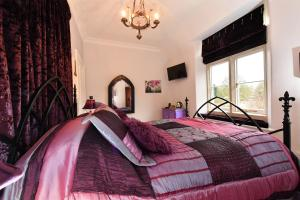 A bed or beds in a room at Heritage Bed and Breakfast