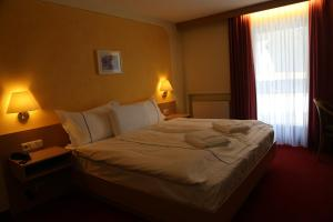 A bed or beds in a room at Hotel Köppeleck