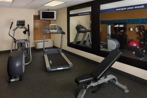 The fitness centre and/or fitness facilities at Hampton Inn Naples-Central