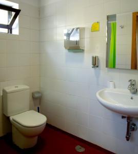 A bathroom at Albergue Montes de Anaga