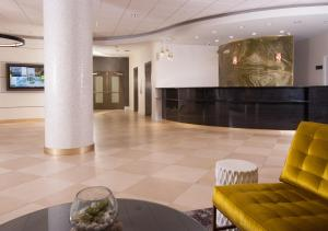 The lobby or reception area at Courtyard Miami Coral Gables