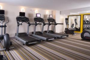 The fitness centre and/or fitness facilities at Courtyard Miami Coral Gables