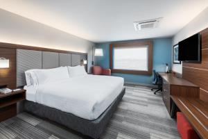 A bed or beds in a room at Holiday Inn Express & Suites West Plains Southwest, an IHG Hotel