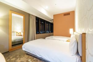 A bed or beds in a room at Sotetsu Grand Fresa Shinagawa Seaside