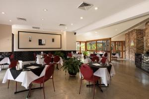 A restaurant or other place to eat at Beenleigh Yatala Motor Inn