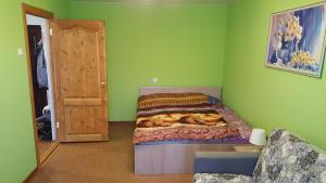 A bed or beds in a room at Apartment GrInn 45 on Kommunalnaya