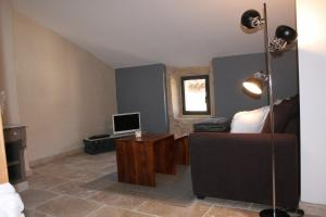 A television and/or entertainment centre at Guesthouse de Cambis B&B