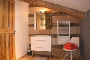 A bathroom at Guesthouse de Cambis B&B
