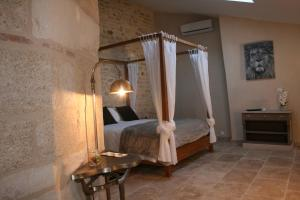 A bed or beds in a room at Guesthouse de Cambis B&B