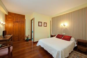 A bed or beds in a room at Hotel Rural Matsa