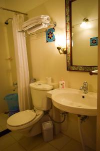 Un baño de Hotel Arya Niwas