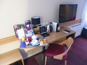 Télévision ou salle de divertissement dans l'établissement Mercure Hexagone Luxeuil