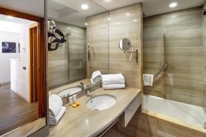 A bathroom at Apartaments-Hotel Hispanos 7 Suiza
