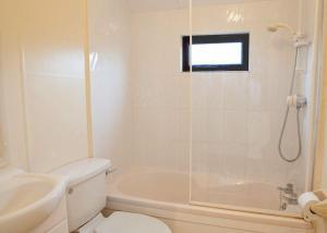 A bathroom at Searles Leisure Resort