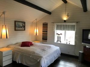 Säng eller sängar i ett rum på Prinsgården B&B rum stugor