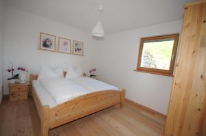 Ein Bett oder Betten in einem Zimmer der Unterkunft Ferienwohnung Caviezel