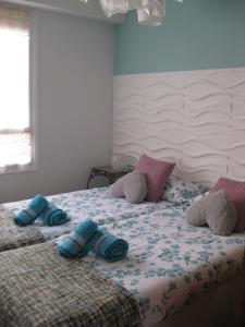 A bed or beds in a room at Apartamento La Muralla parking gratis