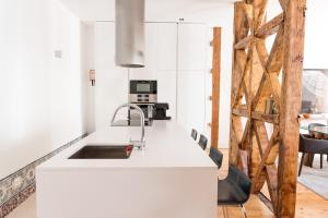 A kitchen or kitchenette at Flora Chiado Apartments