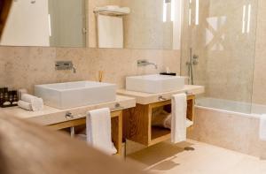 A bathroom at Flora Chiado Apartments