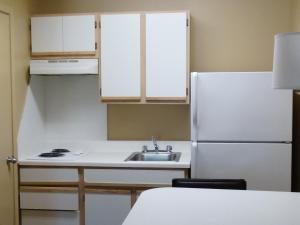 A kitchen or kitchenette at Extended Stay America - Los Angeles - LAX Airport - El Segundo