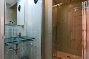 A bathroom at ClassBedroom Barcelona Beach Apartments