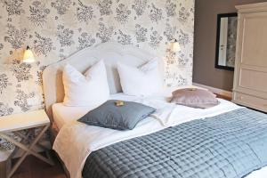 A bed or beds in a room at Hollenstedter Hof