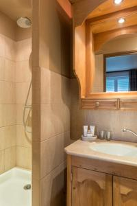 A bathroom at Hôtel Spa Vent d'Ouest