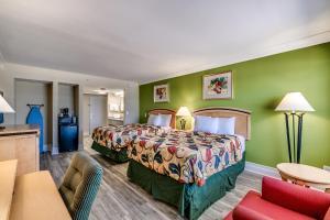 Letto o letti in una camera di Beachcomber Inn & Suites