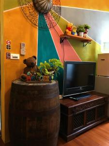 A television and/or entertainment center at Hualien Paris Home B&B
