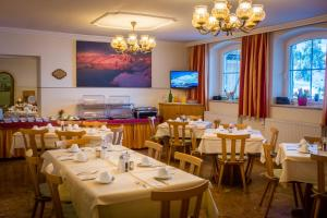 A restaurant or other place to eat at Pension Weinberger