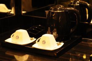 مرافق لصنع الشاي والقهوة في فندق Frsan Palace