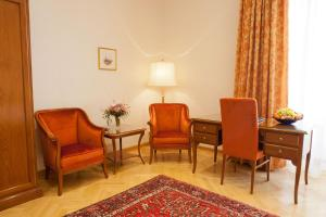 A seating area at Hotel Kaiserin Elisabeth