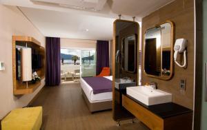 A bathroom at Casa De Maris Spa & Resort Hotel
